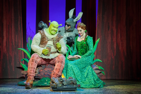 Make_A_Move_with_Perry_Sook_as_Shrek_ Jeremy_Gaston_as_Donkey_and_Whitney_Winfield_as_Fiona_L_vR (600x400)