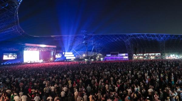 capacity-crowd-at-du-arena-for-final-night-of-yasalams-momentous-sixth-year-600x334