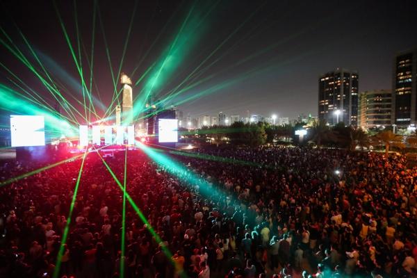 beats-on-beach-crowd-600x400