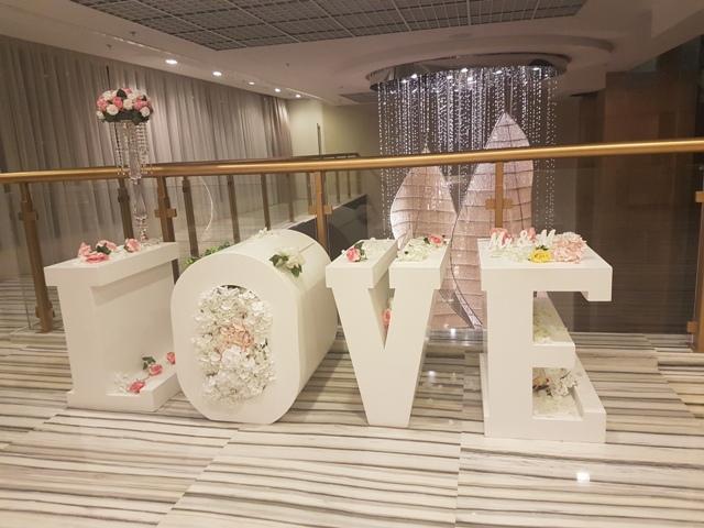 знак ЛЮБОВЬ, украшенный цветами