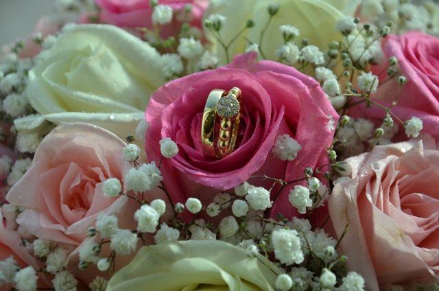 свадебные кольца в цветах
